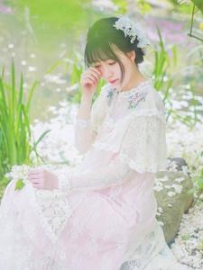 娇美妹子雨后花丛中绽放美丽