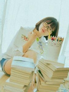 可爱眼镜少女私房沉浸书本海洋