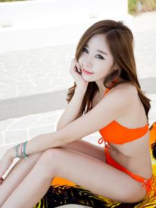 泳池边性感长腿模特橙红比基尼耀眼魅惑