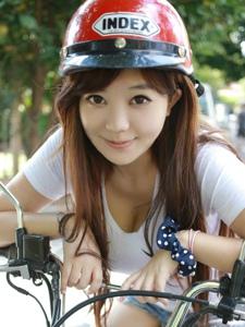 摩托车巨乳少女刘飞儿Faye户外阳光甜美写真