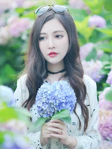 白嫩少女花丛写真与花争艳魅力无限