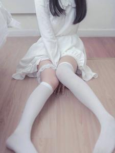粉嫩白衣少女的白色长筒丝袜极致诱惑