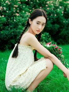 文艺美少女麻花辫花束自然迷人