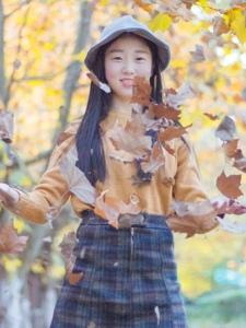 清纯妹子枫树下恬静怡人