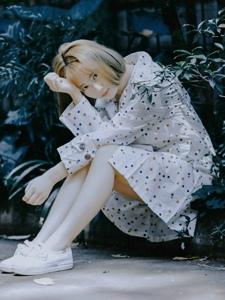 街道上的孤独美女安静思念迷人