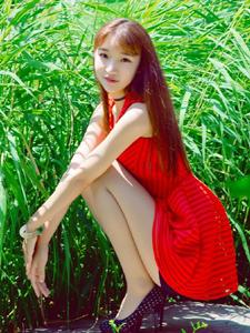 红衣少女树林清凉夏日甜美可人