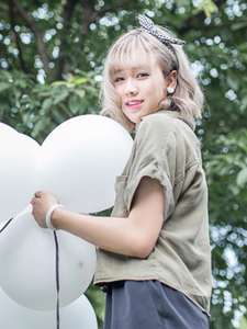 短发气球少女树林意境写真
