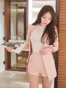 白领美模粉红西装私房高雅写真