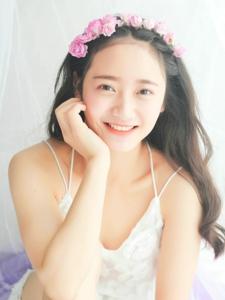 纯白私房内的花环姑娘笑容甜美可人
