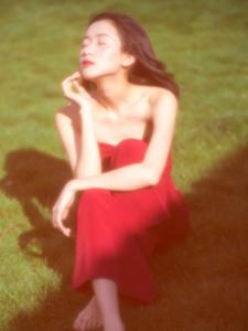 高雅红裙极品美女眼神勾人魂魄