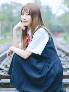 甜美制服少女铁轨上意境写真