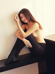 性感而颓废着的丝袜黑丝美女诱惑不止