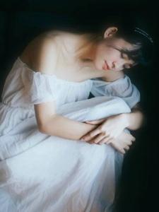 洁白纱裙的盘发美女宛如新娘朦胧靓丽