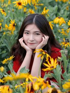 百花从中的红衣少女浪漫写真