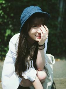 阳光下的背带裤美女开朗笑容