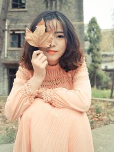 可爱长裙少女废弃房屋落叶满地意境唯美