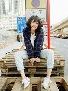 漫步于香港街头的短发少女拍照自然随性可爱