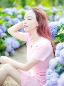 绣球花丛中的红发美女花香四溢