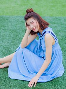 蓝裙少女操场活力奔跑俏皮写真