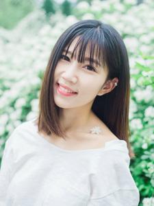 花丛中的清纯白皙甜美妹子笑容可人
