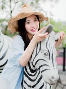 夏日草帽气质美女活泼旅拍笑容迷人