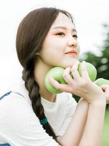 青涩苹果少女草地上明媚笑容融化人心