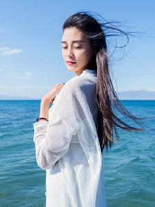 清新女生海边唯美写真海水打湿了裙摆