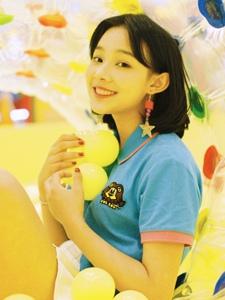 黄色气球房内的元气少女笑容满满