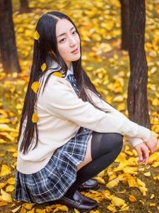 晚秋银杏树下的中分长发学院美女