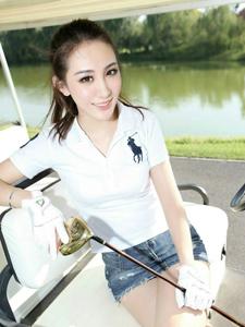 清新可人的高尔夫少女笑容甜美