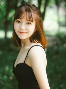 黑色吊带清新少女丛林意境写真