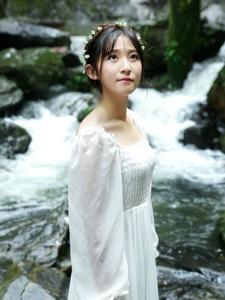 溪流边的花环娇美少女清凉夏日