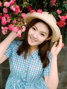 花丛中的美艳少女娇俏可人