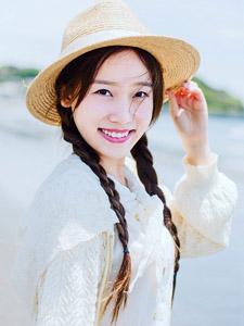 清凉夏日白皙草帽少女海边俏皮写真