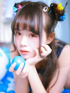 蓝色气球海里的甜蜜虎牙少女