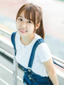 校园内的背带裤松软萌妹子甜美微笑