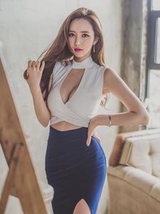 李妍静蓝色高开叉长裙阶梯意境写真