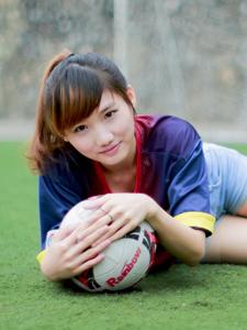 可爱马尾少女足球场唯美意境写真