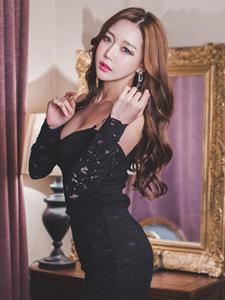 美艳模特黑色一字肩露性感香肩