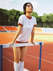 运动妹子操场跨栏写真柔韧活力