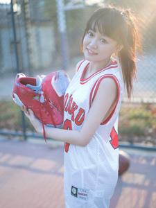大眼萌妹篮球清新写真可爱迷人