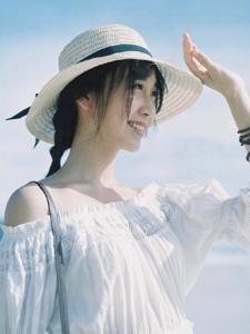 草帽白裙气质美女清新旅拍随性