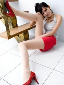 背心短裙美眉Sara翘臀长腿白嫩肌肤