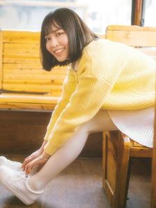 巴士上的暖黄毛衣笑容灿烂惹人爱
