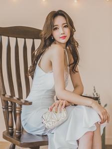 灯光女神吊带白皙长裙梦幻写真