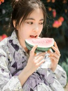 吃着西瓜的日系和服少女阳光花丛美艳写真