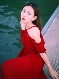 湖面上的红裙美女白嫩肌肤耀眼吸睛
