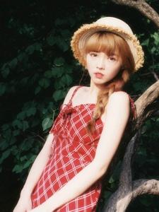 阳光下的吊带红裙明媚少女可爱耀眼