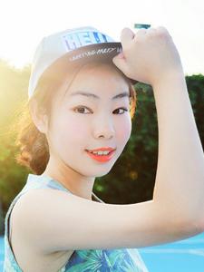 红唇高挑网球少女挥汗写真