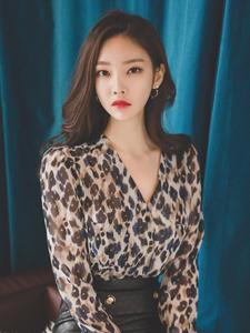 美艳豹纹少女率性魅惑性感十足